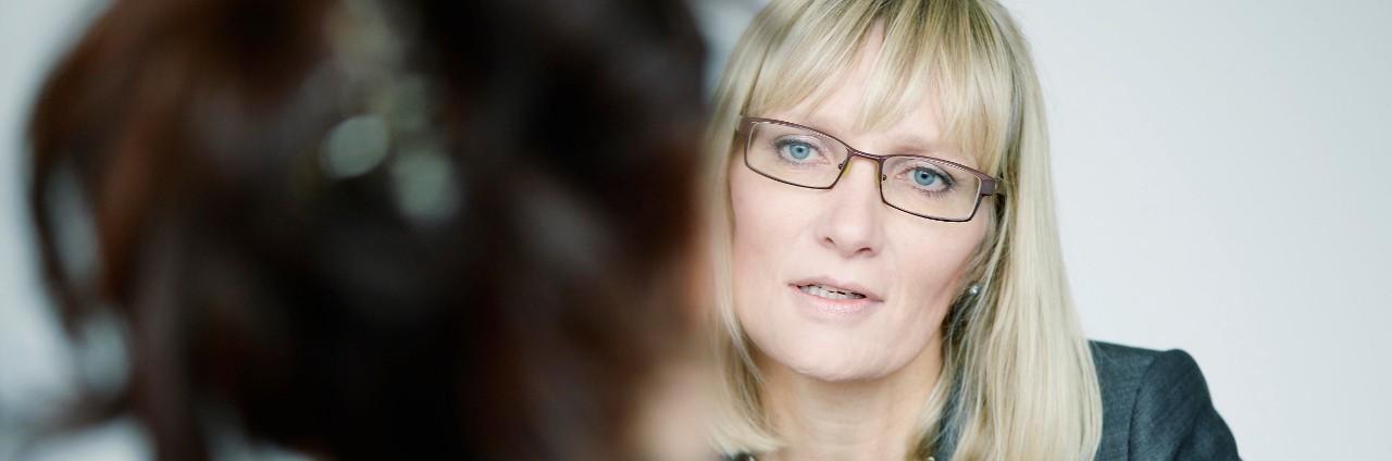 Kvinde modtager investeringsrådgivning til pensionsopsparing