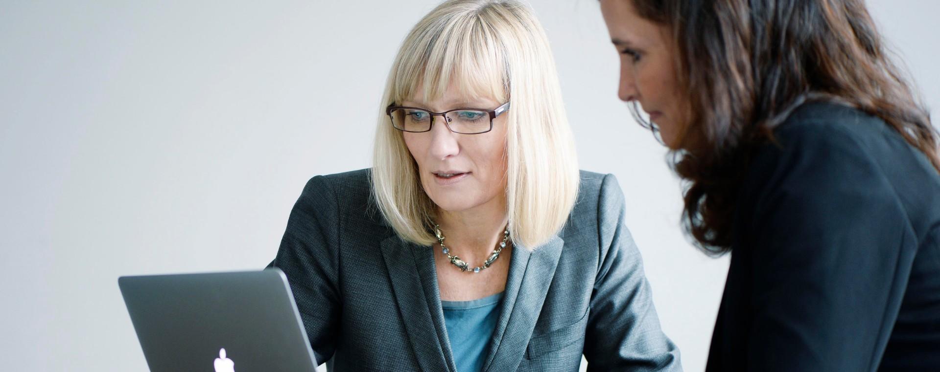 Kvinde modtager uvildig investeringsrådgivning